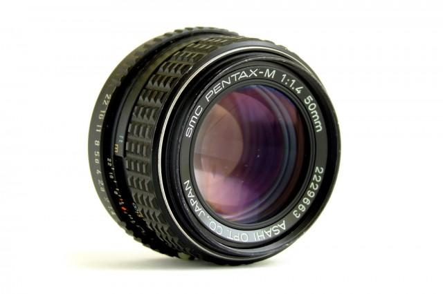 Uma 50mm f/1:1.4 fungada sendo desmontada e limpa